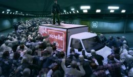 """""""Un journalste, un centre commercial... et des milliers de zombies. Vous êtes dans Dead Rising!"""""""